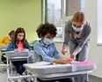 maestra-mascara-medica-dando-desinfectan