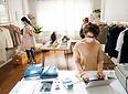 personas-mascara-tienda-ropa-compras-nue