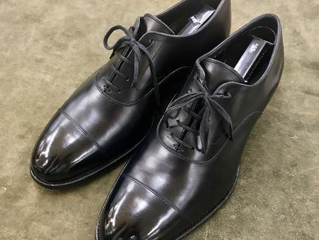 三陽山長の鏡面靴磨き