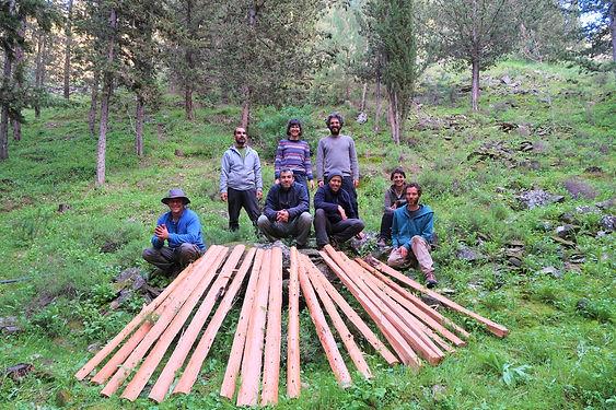 משתתפי הקורס וחתיכות העץ שעובדו מעץ שלם