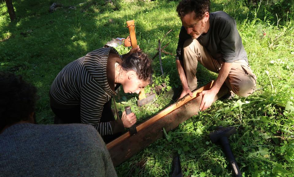 ביקוע בול עץ לשני חצאים שיהפכו לקשתות