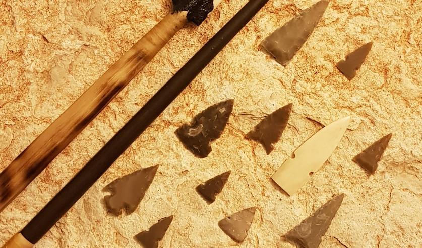 ראשי חץ מאבן צור ומעצם, חץ של קשת ותושבת