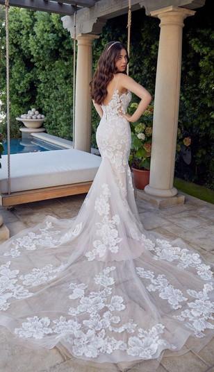 RI Wedding Dress Shop, Lace Wedding dress, Fitted wedding dress, beautiful train wedding dress