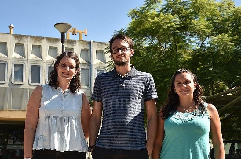 De izquierda a derecha:   Noticia de: El Litoral (www.ellitoral.com) [Link:https://www.ellitoral.com/index.php/id_um/226071-investigadores-santafesinos-echaron-luz-sobre-una-olvidada-enfermedad-conocimiento-e-ingenio-educacion.html]  Joana Macagno, Federico Schaumburg y Antonella Giorello.