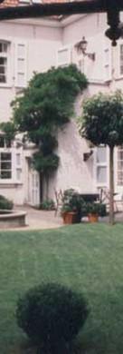 Wohngarten an einem historischen Klostergebäude, MG