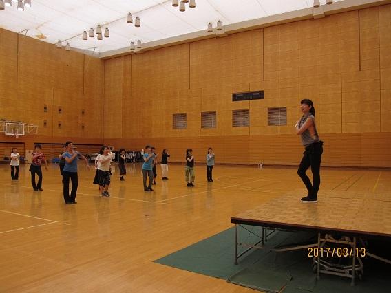 実習①「ダンスエアロ~エアロビクスの要素を生かしたダンス展開法」鈴木悠