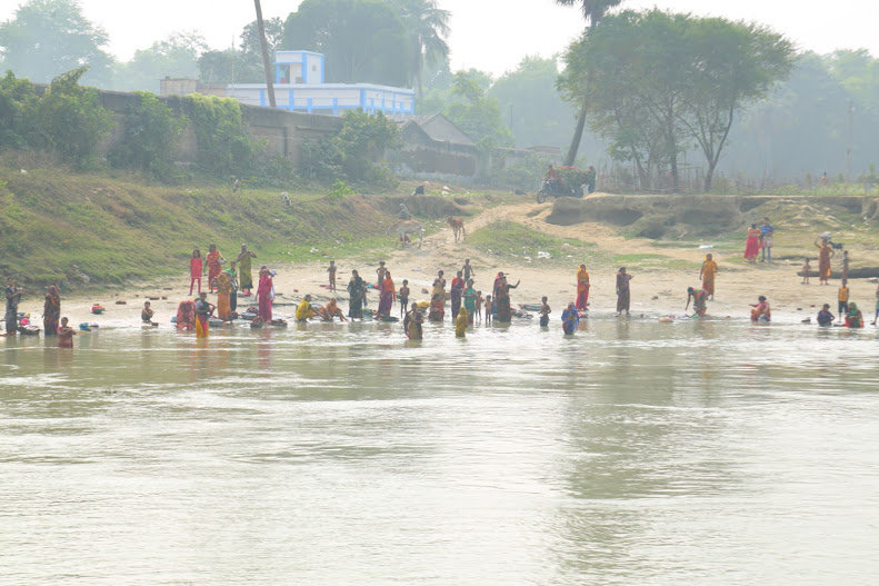 ガンジス河で沐浴する人々.JPG