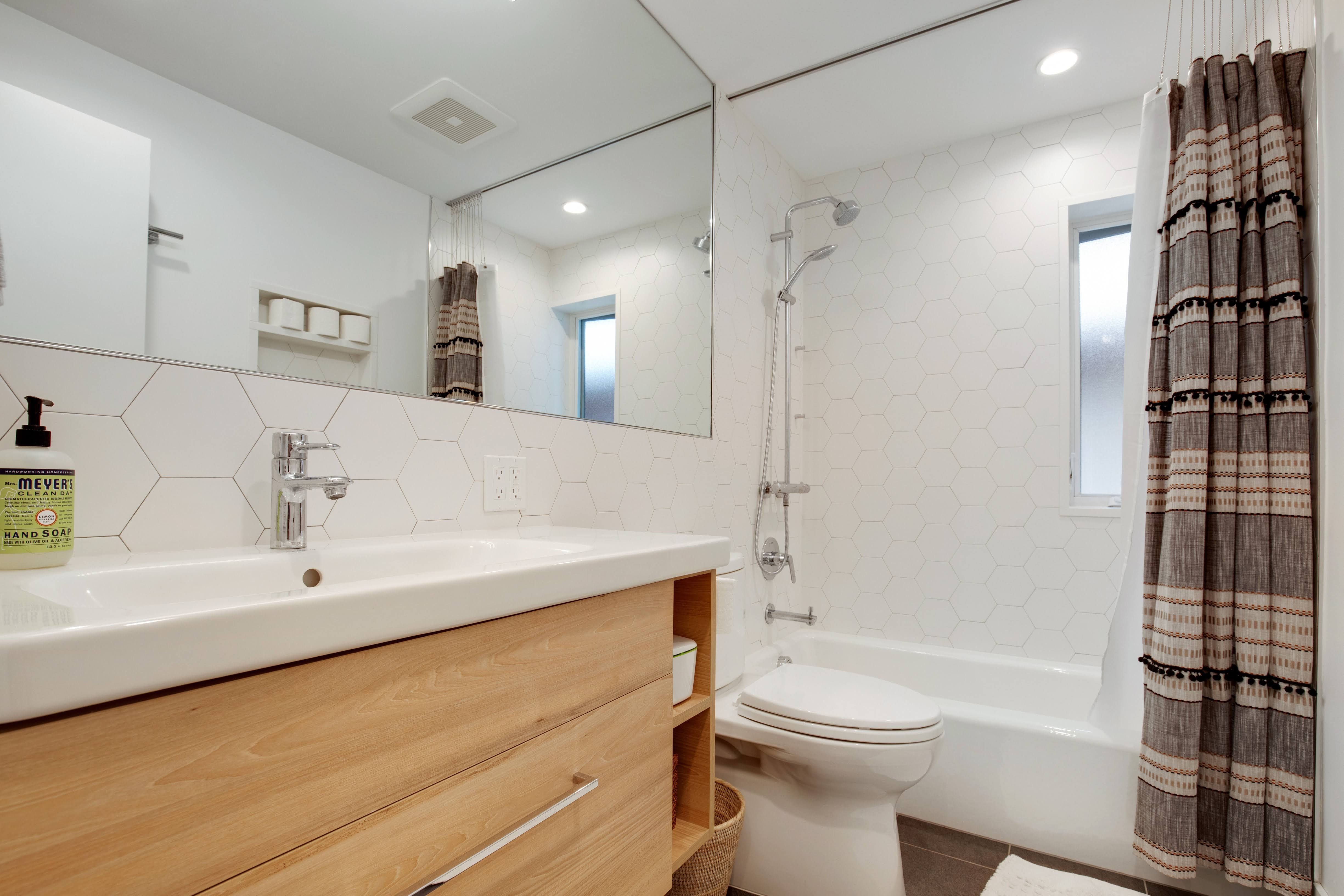 Project Hermosa Modern - Guest Bath View 1