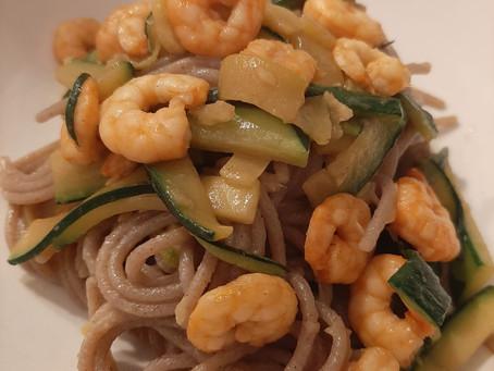 Tempo di zenzero i vs piatti: Spaghetti di grano saraceno con gamberetti, zucchine e zenzero in soia