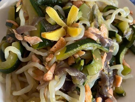 Tempo di zenzero i vs piatti: noodles di riso al profumo di zenzero con salmone, zucchine e cipolle