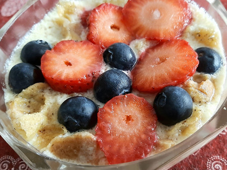 """Idea estiva per colazione? """"yogurt-misù"""" con fragole e mirtilli"""