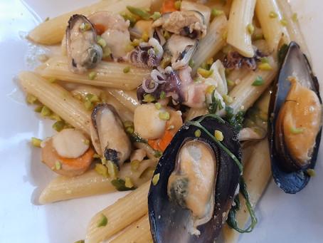 Pasta di grano Senatore Cappelli ai frutti di mare con pesto e granella di pistacchi
