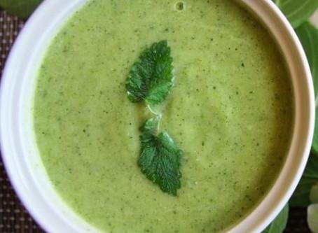 Vellutata calda di zucchine, sedano e spinaci, per stress e stanchezza di stagione