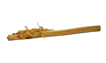 Полотенце остяцкое: к деревянной плоской ручке прикреплен пучок стружки.