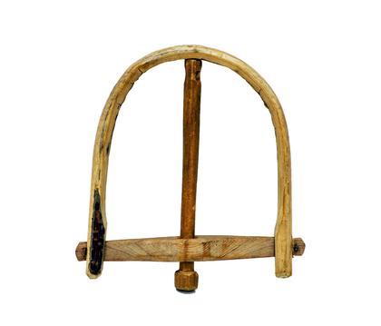Часть деревянного капкана в виде дуги стянутой бруском, через центр которого проходит деревянный стержень.