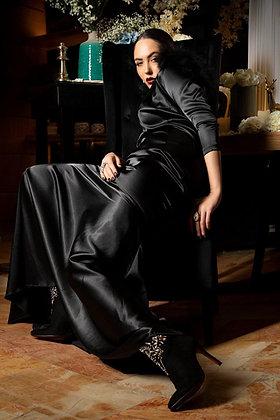 שמלת סטן שחורה +נוצות בשרוול