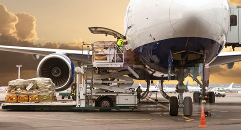Loading cargo in aircraft