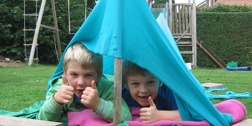 Kampen bouwen en spelen in tenten
