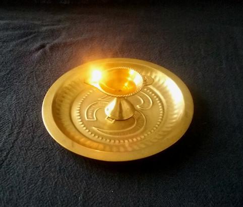 Aprenda em 5 passos como acender uma lamparina à óleo (com fotos)
