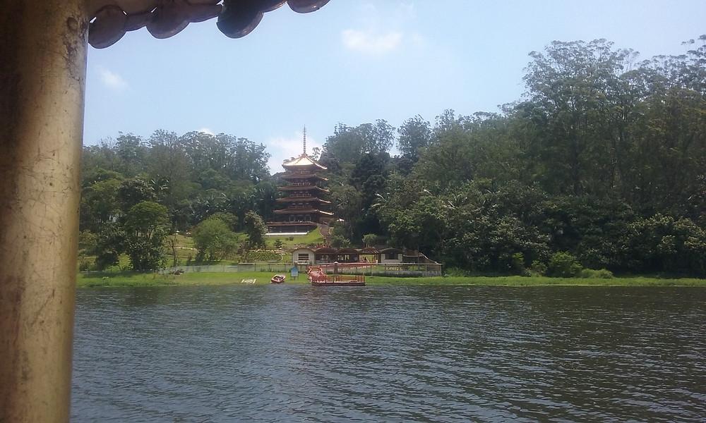 torre de miroku visto das águas da represa billings
