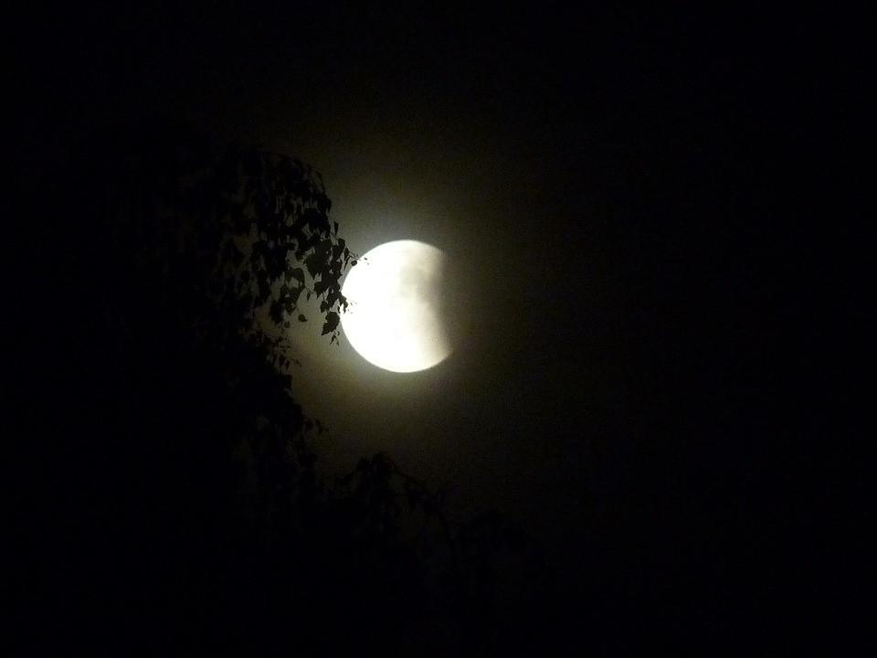 Imagem de Lua passando por eclipse