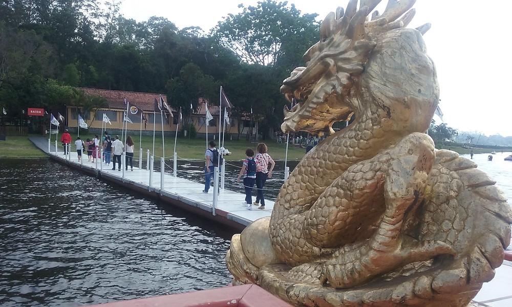 Frente de embarcação com Dragão dourado