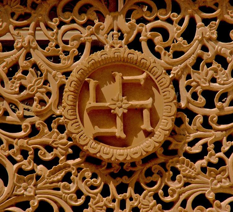 Detalhes de templo com uma suástica