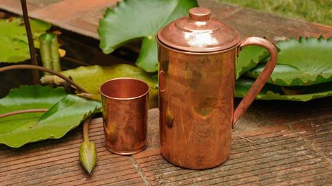 10 Benefícios de beber água armazenada em recipiente de Cobre, segundo o Ayurveda