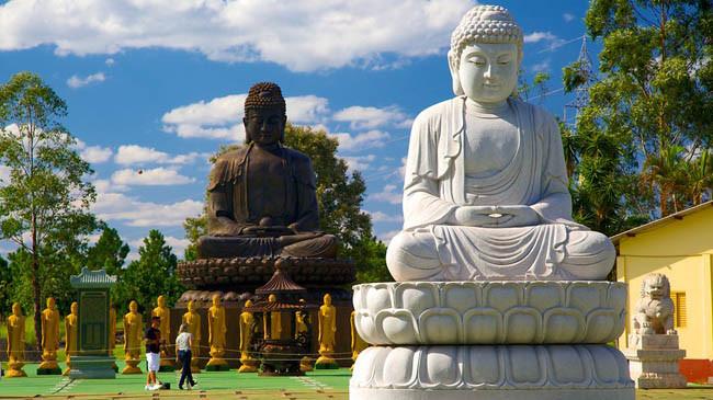 duas estatuas de buda a céu aberto