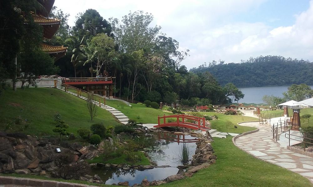 Jardim e represa Billings ao fundo