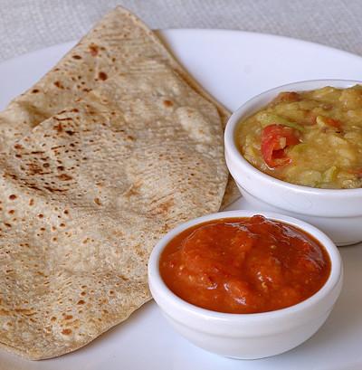 Potes de Chutney e pão chapati
