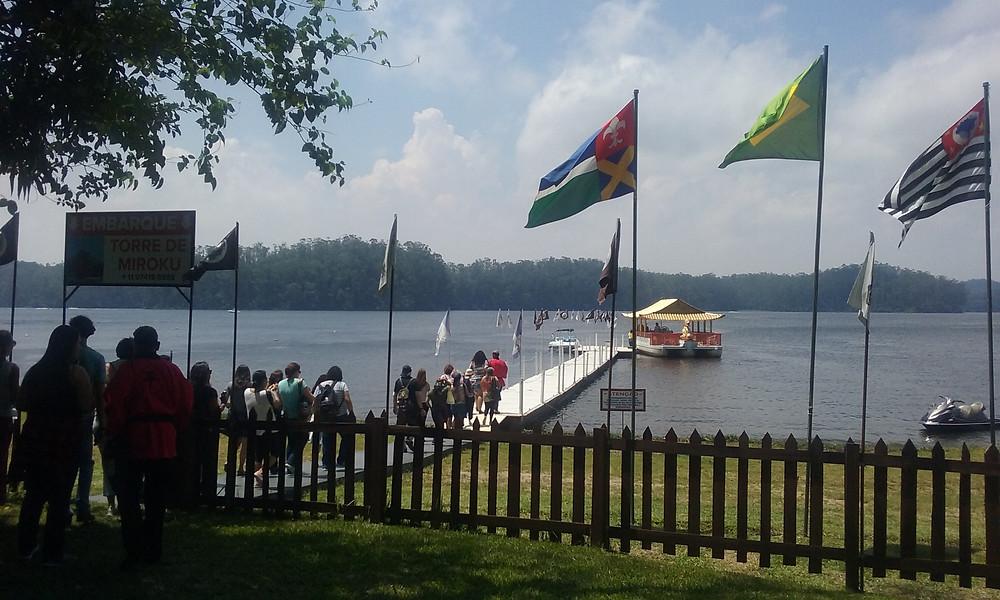 Grupo de pessoas embarcando no barco