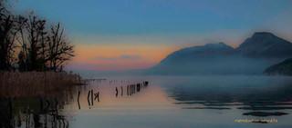 Aube sur le lac brumeux