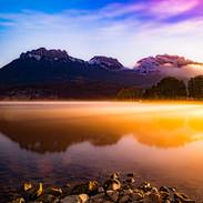 Lac et montagnes au lever du soleil