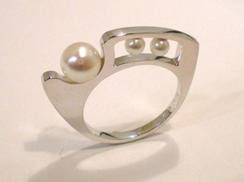 Hilltop Ring with Pearls