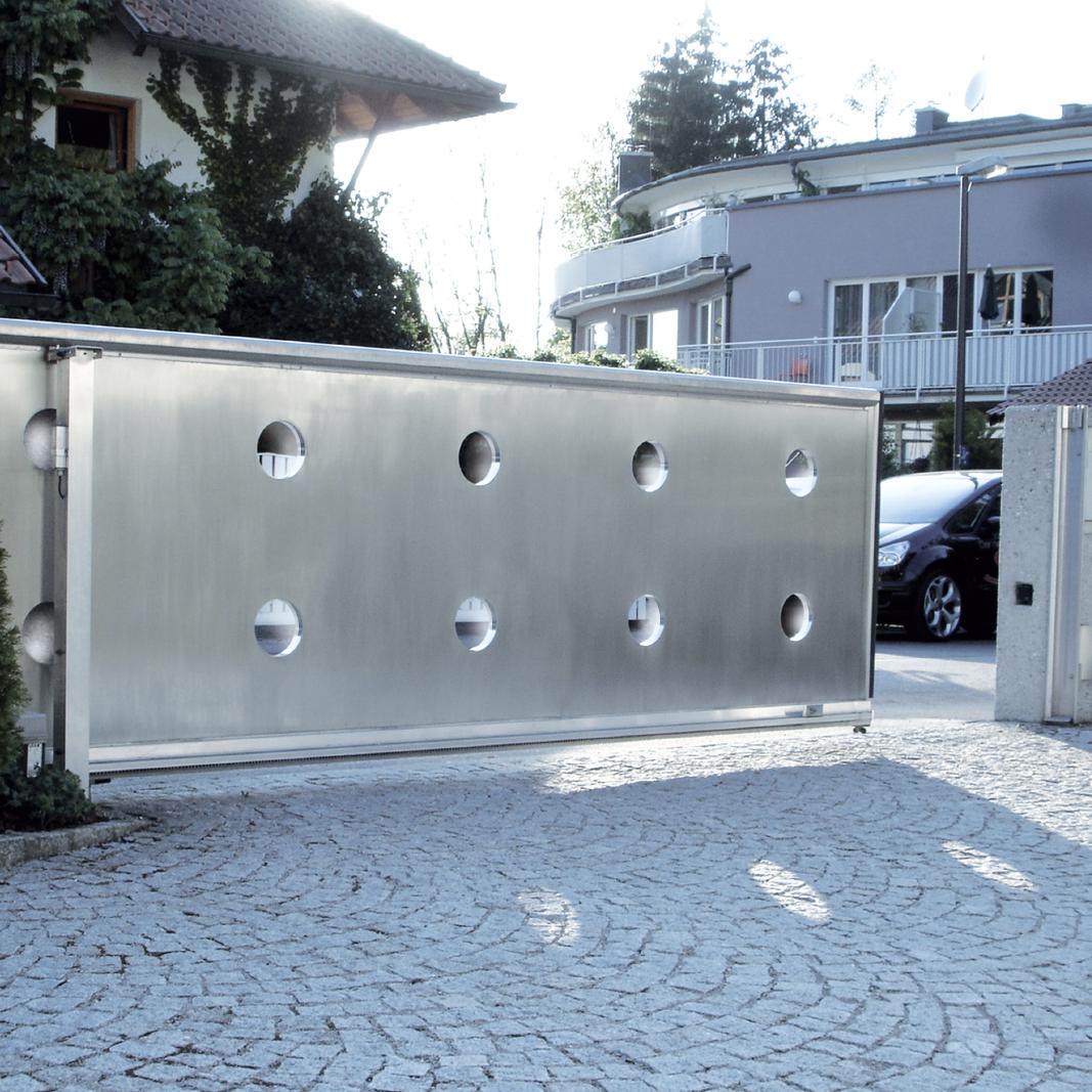 Portail_coulissant_Aluminium_avec_motorisation_FAAC_avec_Excellence_Fenêtres_Sud