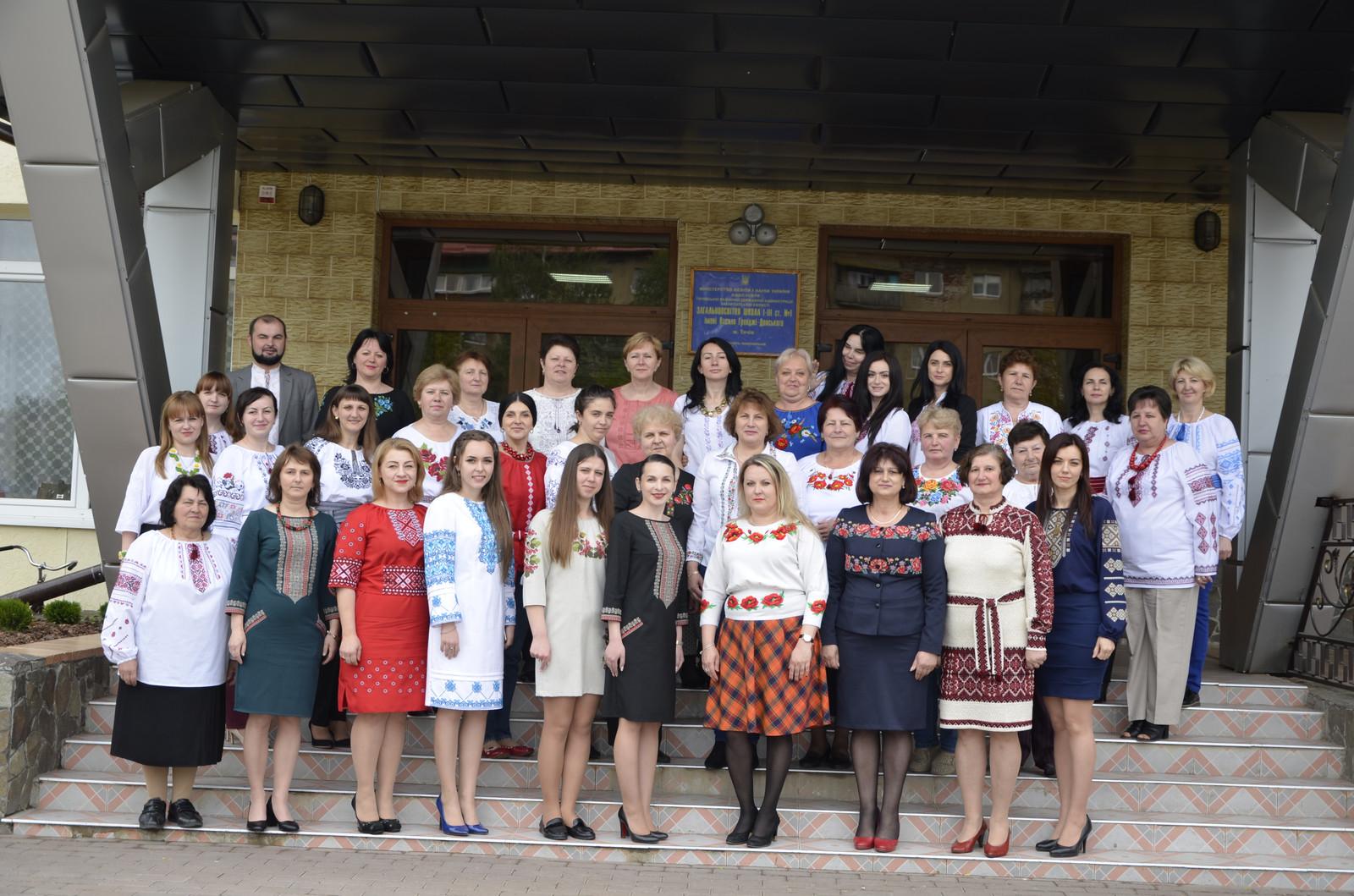 2aadb2955fa016 Втім, мільйони українців саме цього дня дістають із шафи національне  вбрання – вишиванку, і йдуть у ній на роботу, в університет чи до школи.