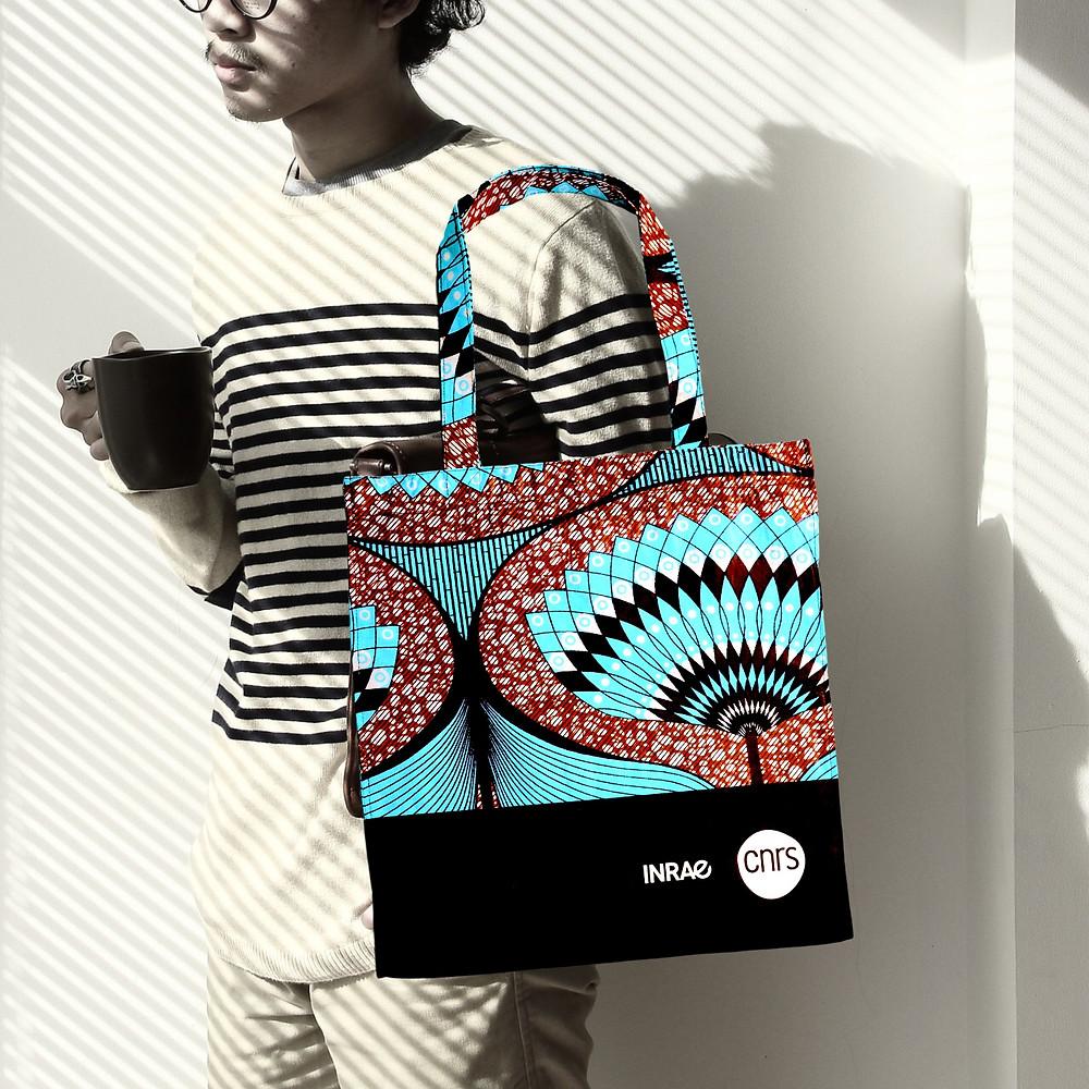 Notre tote bag publicitaire équitable est une stars ⭐. Un modèle de tote bag publicitaire terriblement éthique parfait pour posez votre logo. Personnalisez la couleur du tissu coton et choisissez en direct depuis Dakar les derniers Wax à la mode. Une expérience enrichissante autant pour vous que pour vos clients.
