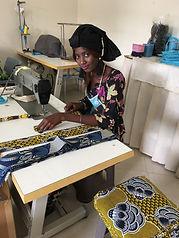 Lygo fabrique des tabliers publicitaires personnalisables dans ses ateliers de couture solidaires au Sénégal BCorp