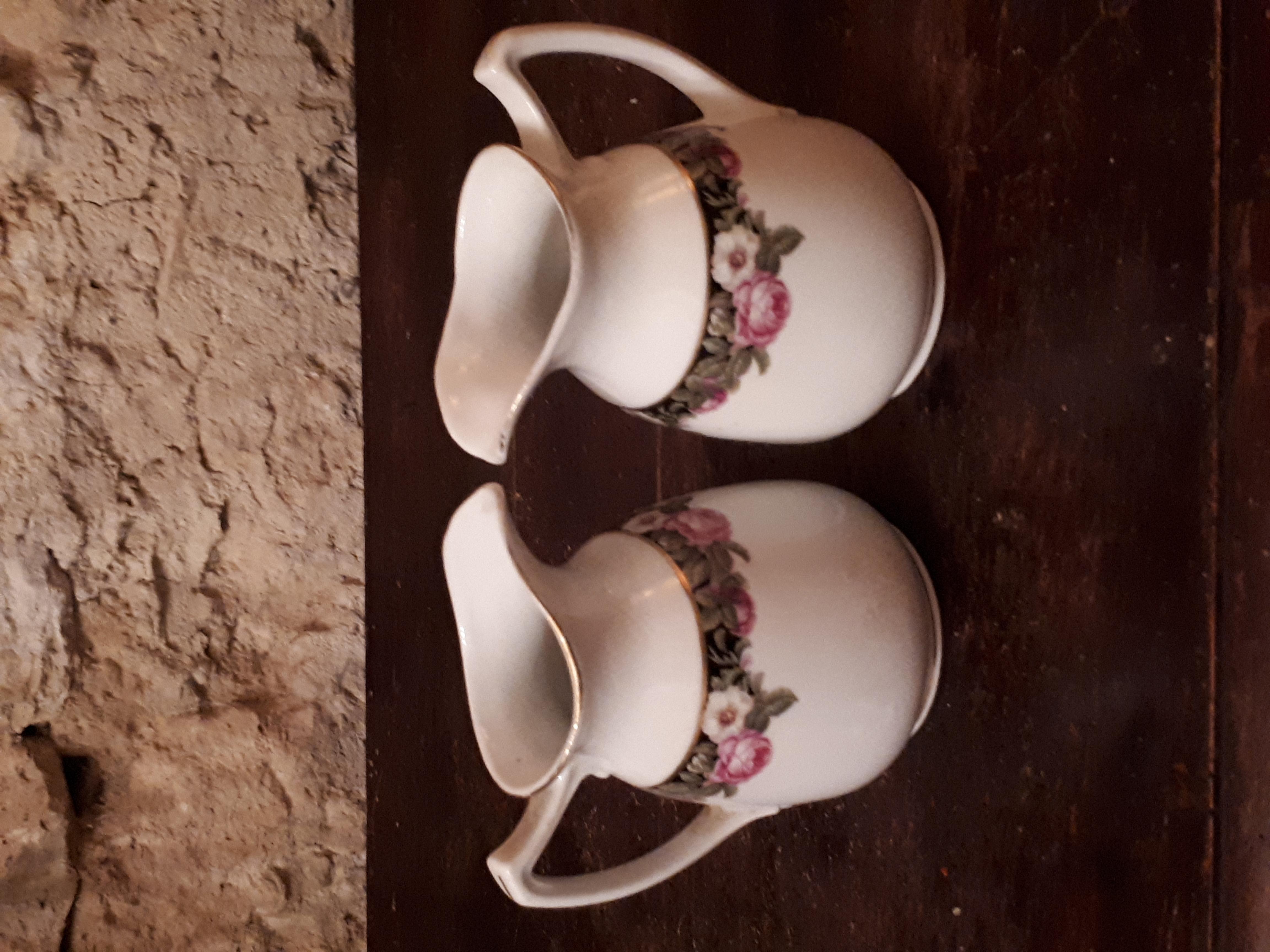 Petits pots à lait fleuris