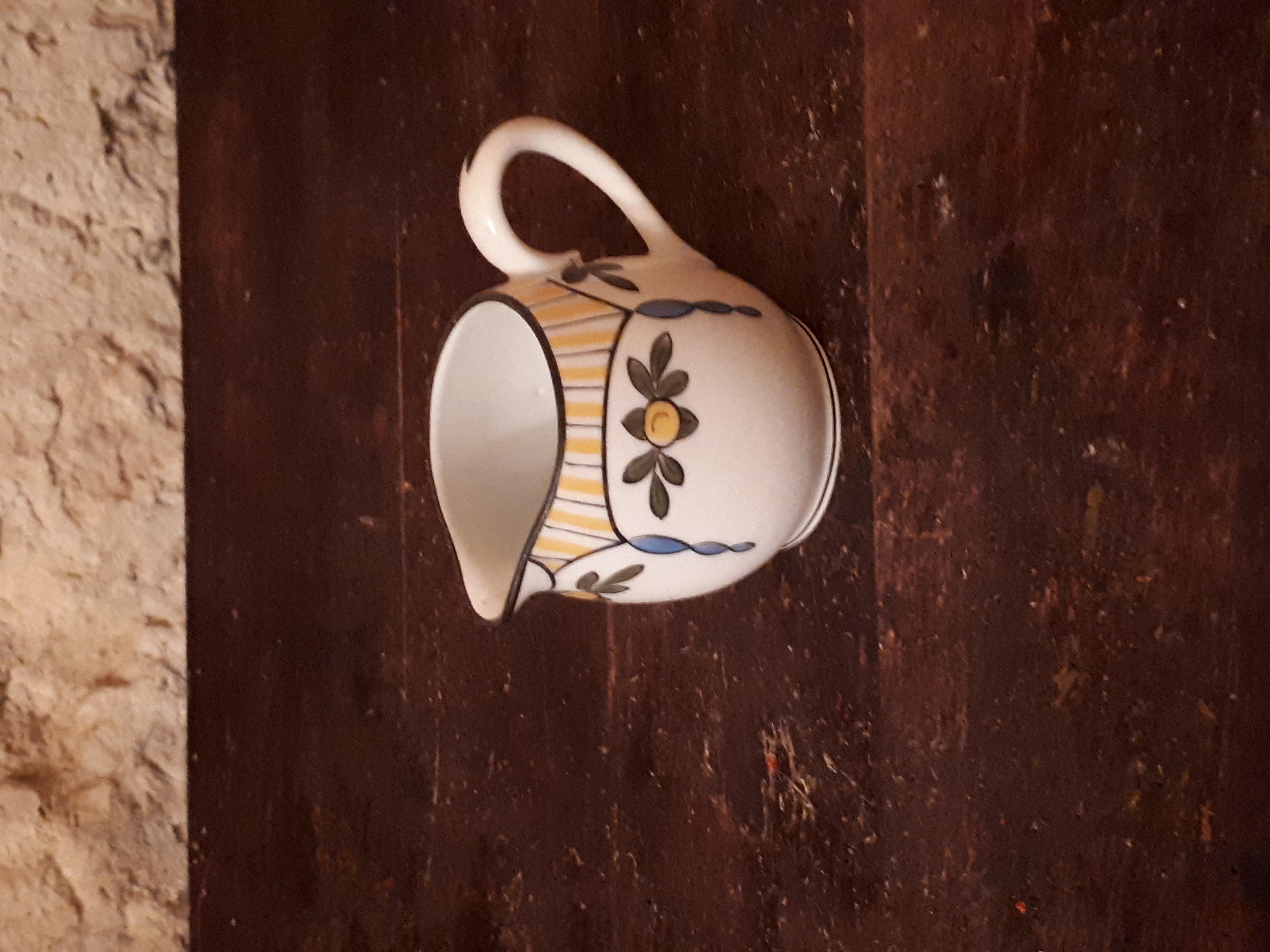 Très petit pot à lait jaune