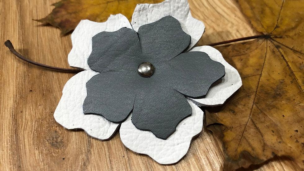 Broszka Flower biało-szara