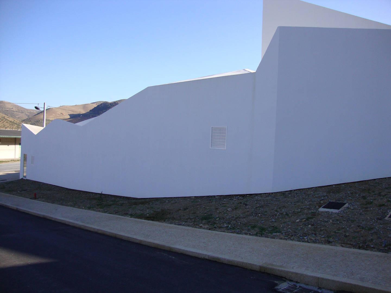 Edifício social, edifício com 85 quartos (executados em socalcos e revestidos a xisto interiormente), edifício de treino (com court de ténis, ginásio e piscina interior).     Muros totalmente executados em xisto da região.