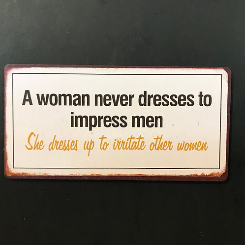 Kylskåpsmagnet/ A woman never dresses