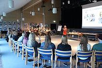 Rikke Thor underviser ung til ung undervisere, her i Åbenrå, men også i Odense og andre steder. Undervisningen er aktiv, holdningsbearbejdende og med en masse facts om unge og seksualitet.