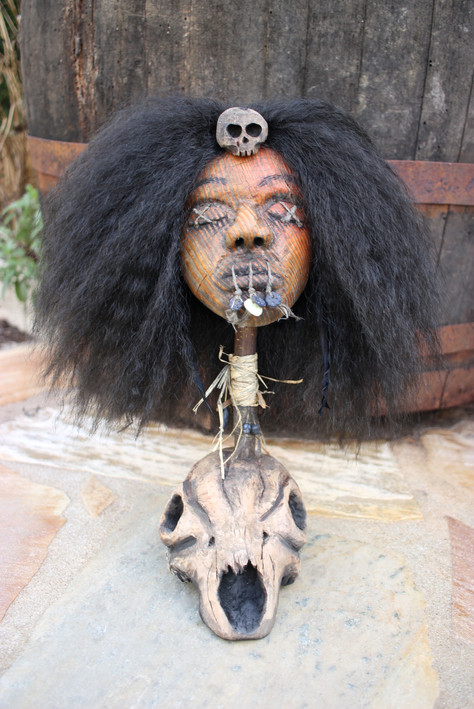 Sculpture tête réduite bois sorcière vaudou / Cabinet de curiosités - Curiosity cabinet