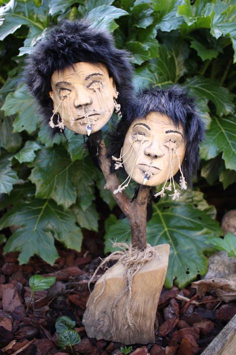 Duo têtes réduites sculptées en bois / Cabinet de curiosités - Curiosity cabinet
