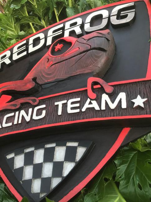 Réalisation du logo Team Red Frog sur bois