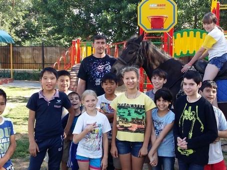 Владыка Антоний подарил детям из приюта «Любава» настоящего коня