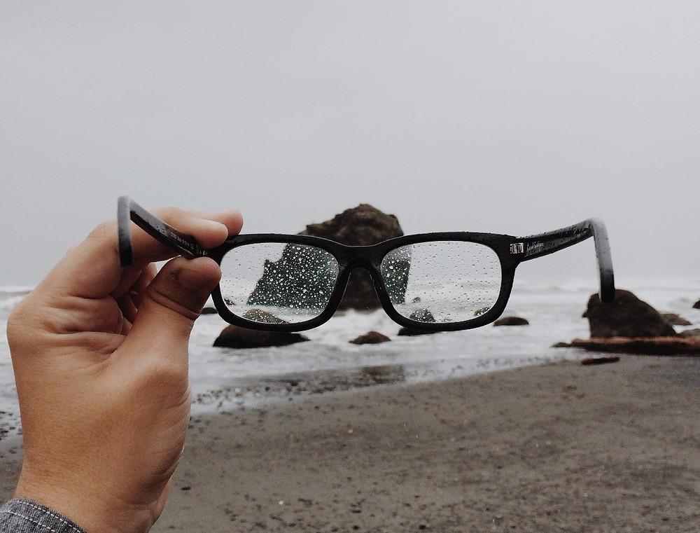 Óculos sujos podem dar cansaço e dor de cabeça